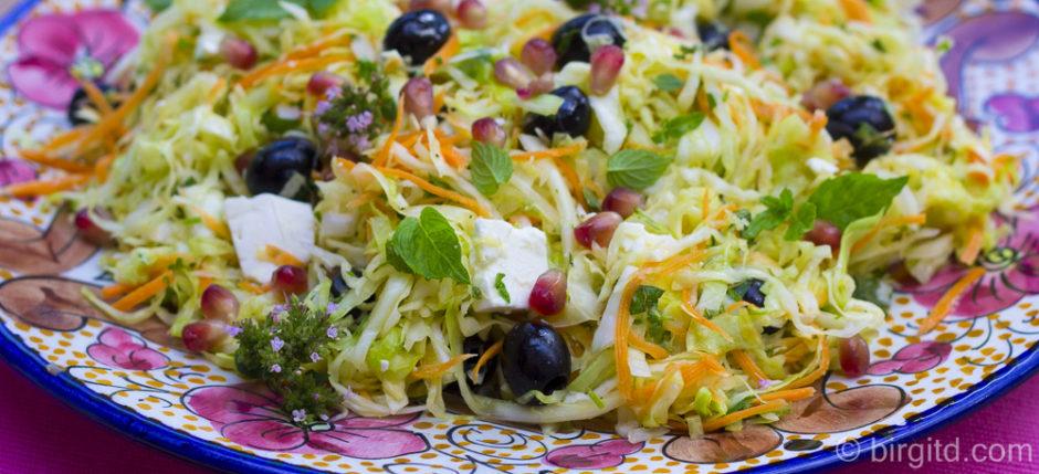 Kohlsalat mit Granatapfel und Kräutern