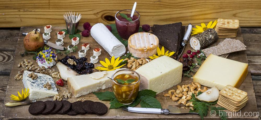 Käseplatte mit selbstgemachtem Birnen-Chutney & Himbeersenf für ein geselliges Beisammensein mit lieben Freunden