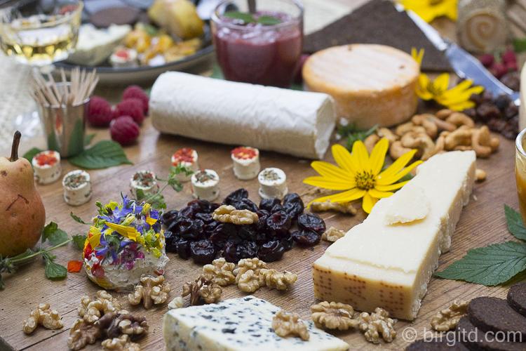 Käseplatte mit Parmigiano reggiano, Roquefort, Kräuterfrischkäsekugel mit Blütenblättern . . .