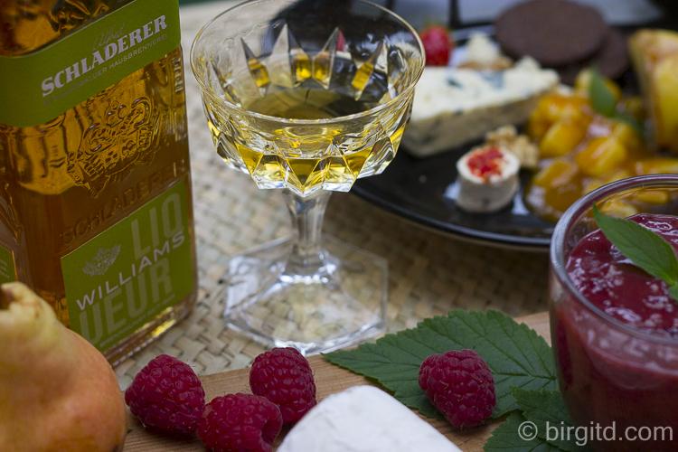 Schladerer Williams-Liqueur und Käse
