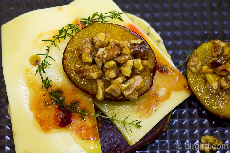 Chia-Pancakes mit Käse und gebackenen Pflaumen