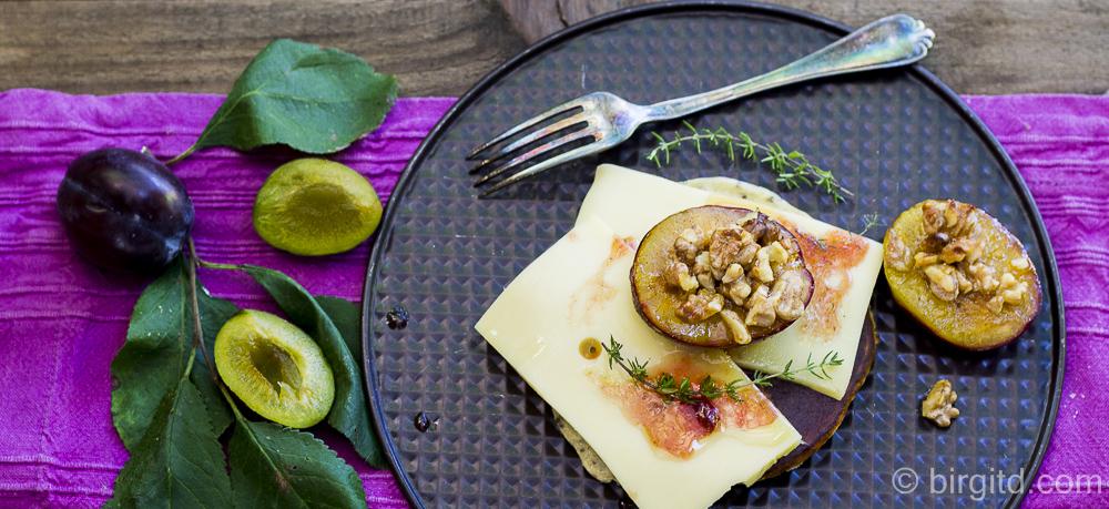 """Chia-Pancakes mit Käse und gebackenen Pflaumen aus """"Sweet & Salty"""" von Andrea Martens"""
