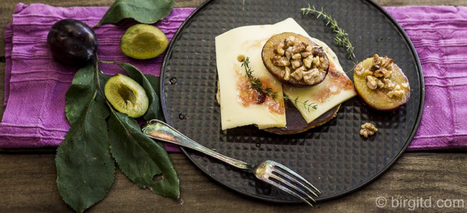 Chia-Pancakes mit Käse und Pflaumen