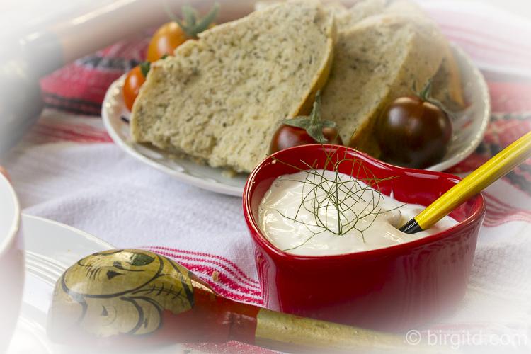 Beilagen zum Borschtsch - Smetana (Creme fraiche) und Brot