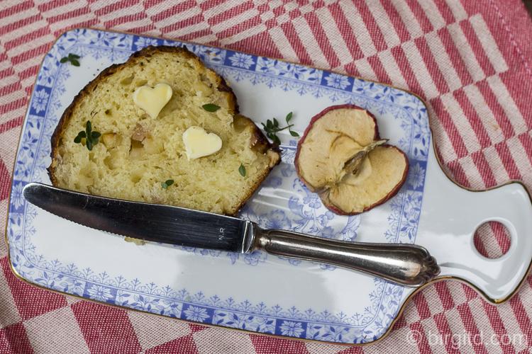 Apfelbrot mit gerösteten Cashewkernen und einem Hauch Thymian