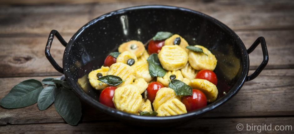 Kürbis-Gnocchi mit Salbeibutter, Kernen und gerösteten Tomaten