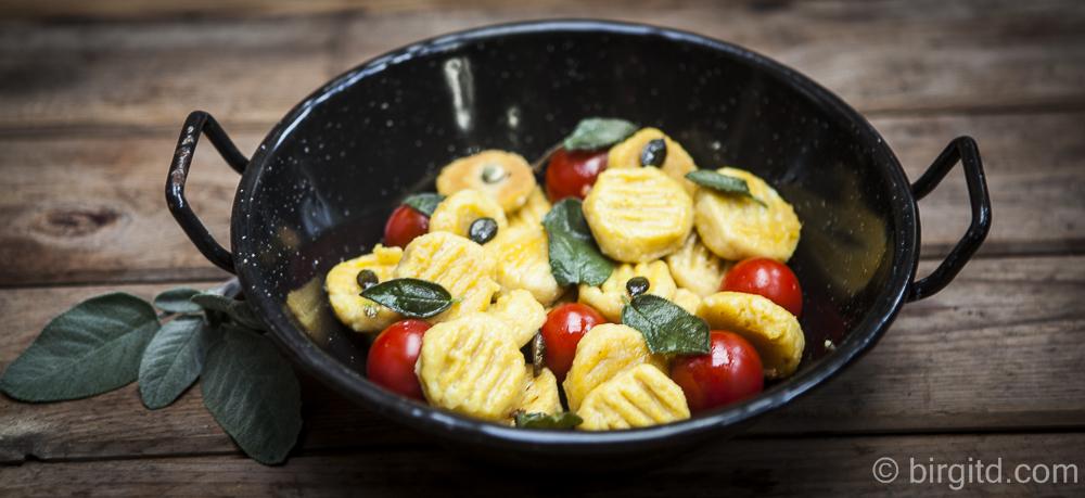 Kürbis-Gnocchi mit Salbeibutter, Kürbiskernen und gerösteten Tomaten 🎃