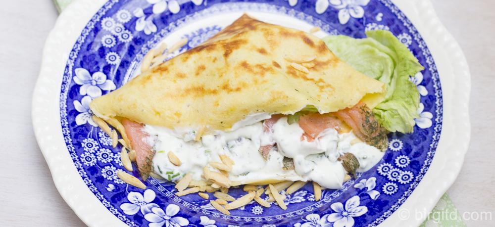 Crêpes mit Räucherlachs, Kräuterquark und gerösteten Mandeln – lecker zum Brunch
