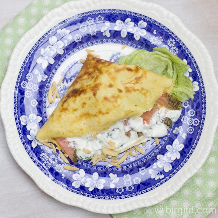 Gefüllte Crepes mit Räucherlachs, Kräuterquark und Mandeln