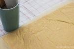 Backpapier mit Wasser einpinseln