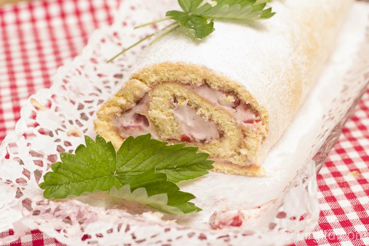 Biskuitrolle mit Erdbeeren und Joghurt-Sahnecreme