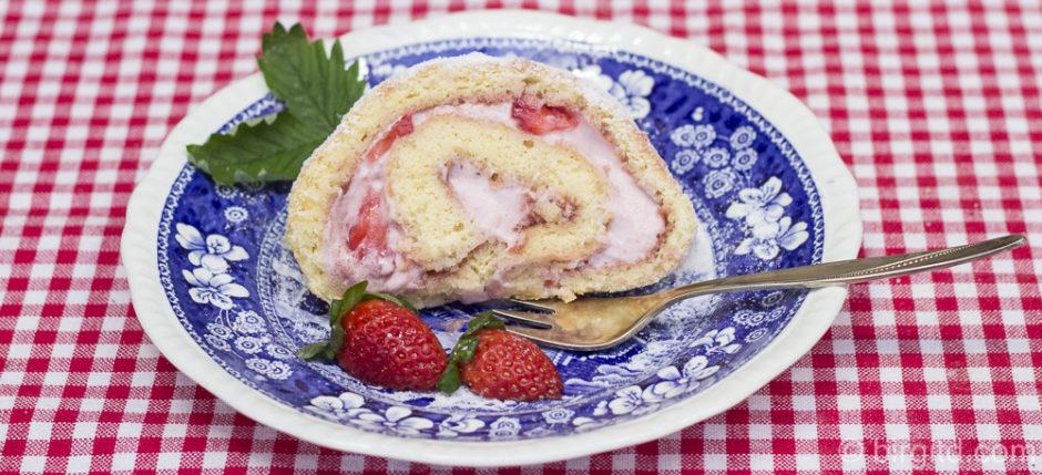 Biskuitrolle mit Erdbeeren und Sahne-Joghurtcreme