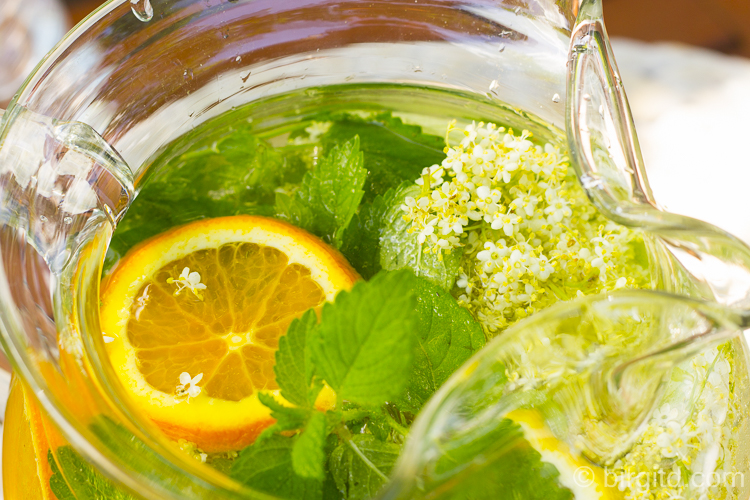 Vitaminwasser mit Holunderblüten und Kräutern