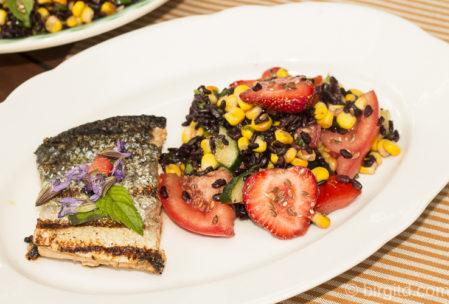 Lachs auf der Haut gebraten & Salat mit schwarzem Reis