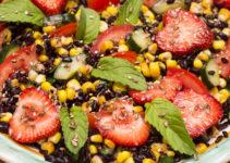 Salat mit schwarzem Reis, Mais, Erdbeeren, Kräutern und mehr