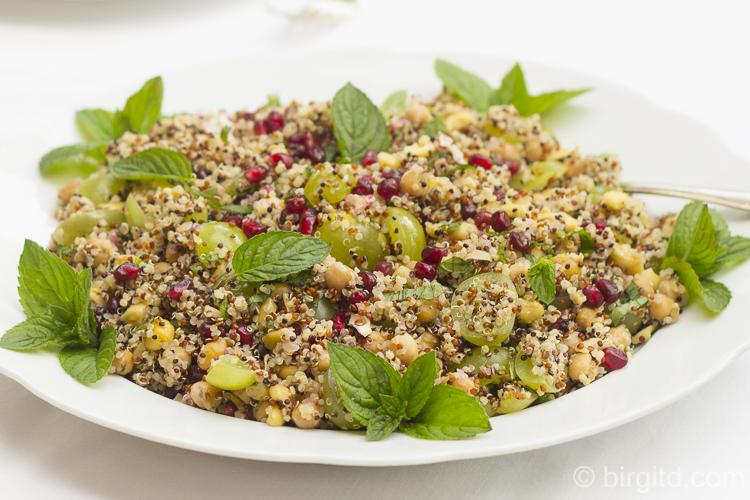 Quinoasalat mit Kichererbsen, Trauben, Granatapfelkernen und Minze