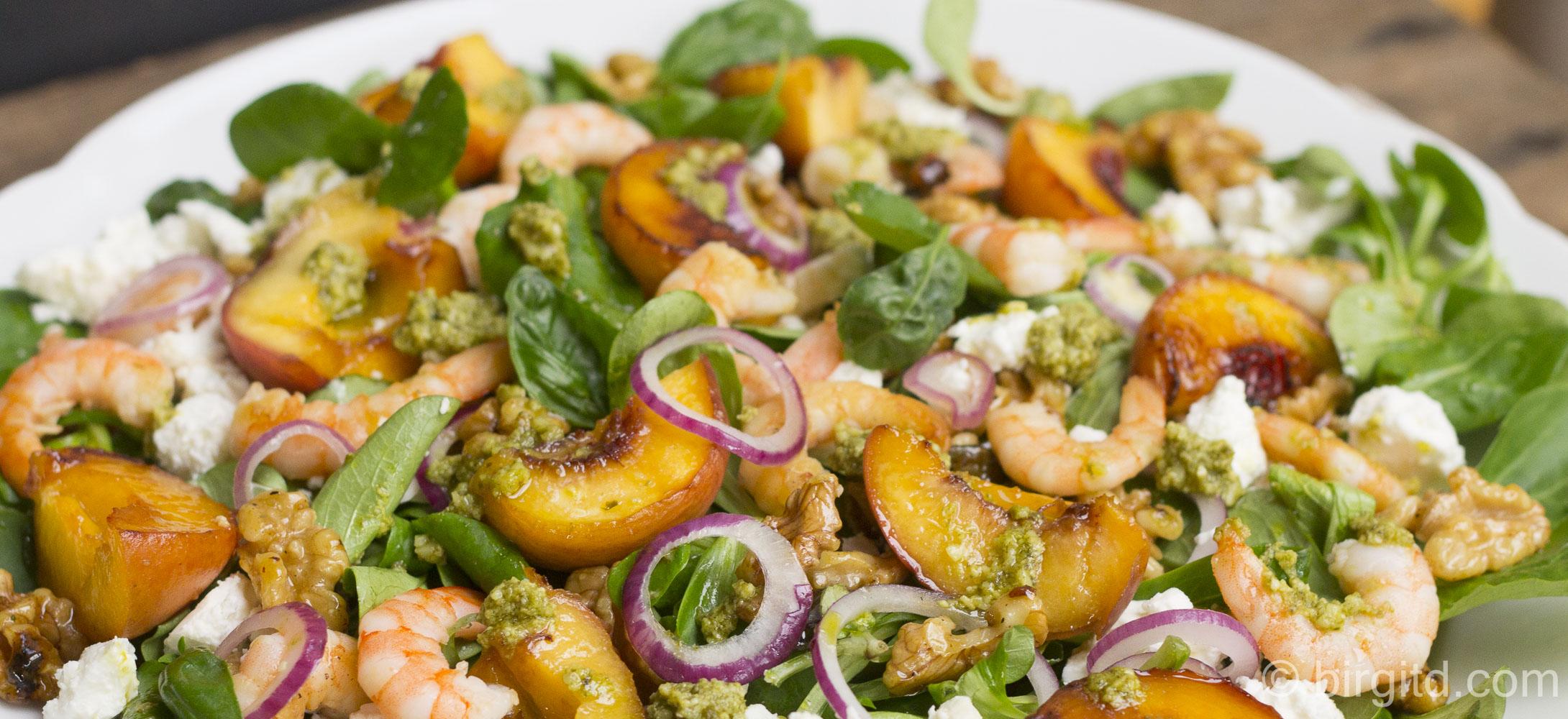 Rapunzel aka Feldsalat mit gegrillten Pfirsichen, Scampi & mehr