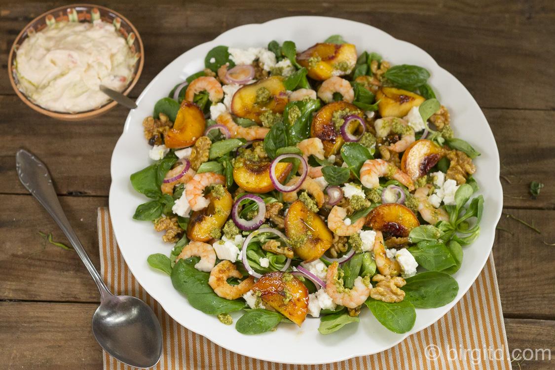 Feldsalat mit gegrillten Pfirsichen, Scampi & mehr