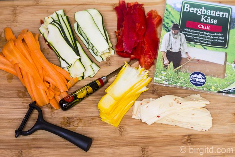 Gemüse und Bergbauern Käse in Streifen geschnitten