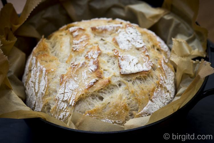 Gebackenes Weizenmischbrot im Topf