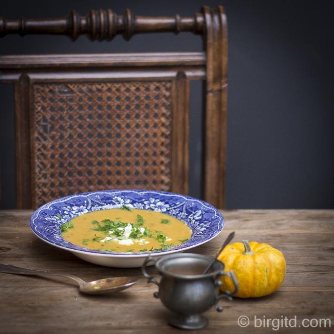 Kürbissuppe mit Kokosmilch und Schafskäse