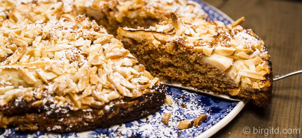 Apfelkuchen mit Mandeln – die Besonderheit: ein Rotkornweizenteig