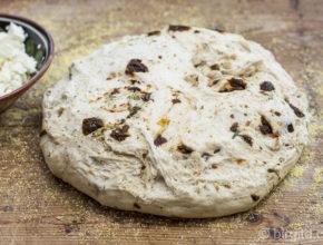 Mediterranes Brot - gereifter Teig auf der Arbeitsfläche