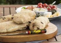 Mediterranes Brot mit Feta, getröckneten Tomaten & Kräutern