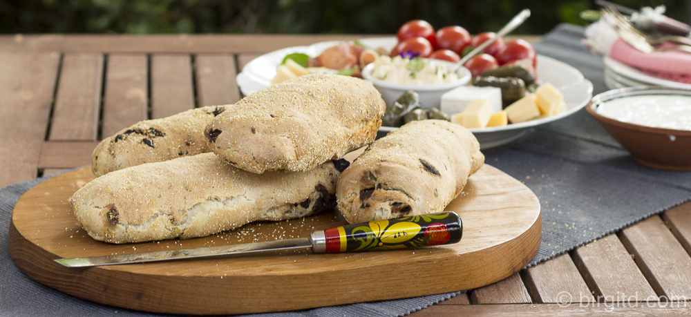 Brote aus aller Welt – Mediterranes Brot mit Feta, Kräutern & Tomaten
