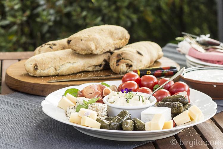 Mediterranes Brot mit Feta, getrockneten Tomaten und Kräutern