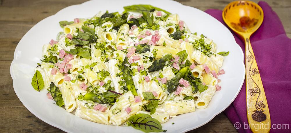Pasta-Salat mit grünem Spargel, Schinken & frischen Kräutern