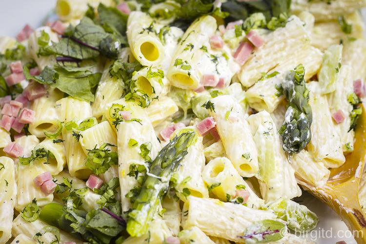 Pasta-Salat mit grünem Spargel