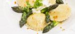 Hausgemachte Ravioli mit Spargelfüllung in Orangen-Kräuter-Butter