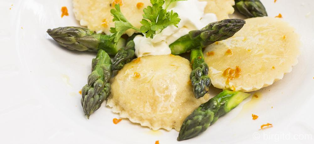 Hausgemachte Ravioli mit würziger Spargelfüllung in Orangen-Kräuter-Butter