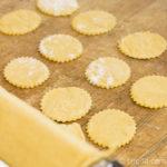 Ausgestochene Teigplättchen für Ravioli mit Spargelfüllung