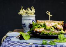 Bäckerkruste als Sandwich deluxe mit Shrimps und Guacamole