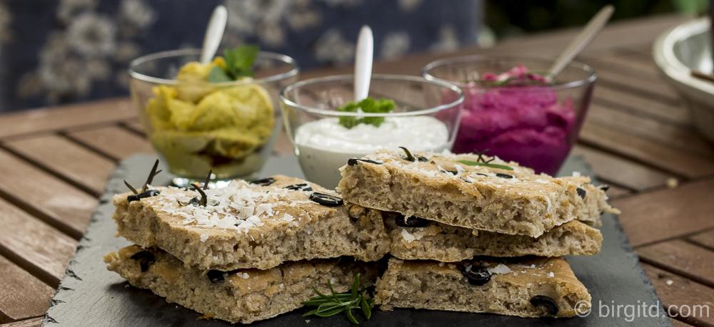 Brote aus aller Welt: Focaccia alle olive – Focaccia mit Oliven und dreierlei Dips