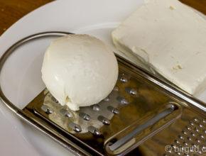 Käse reiben für Chatschapurifüllung