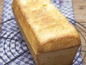 Toastbrot mit Salz-Hefeverfahren auf Abkühlgitter