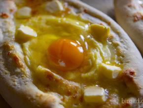 Chatschapuri Lodka mit Ei vor dem Backen