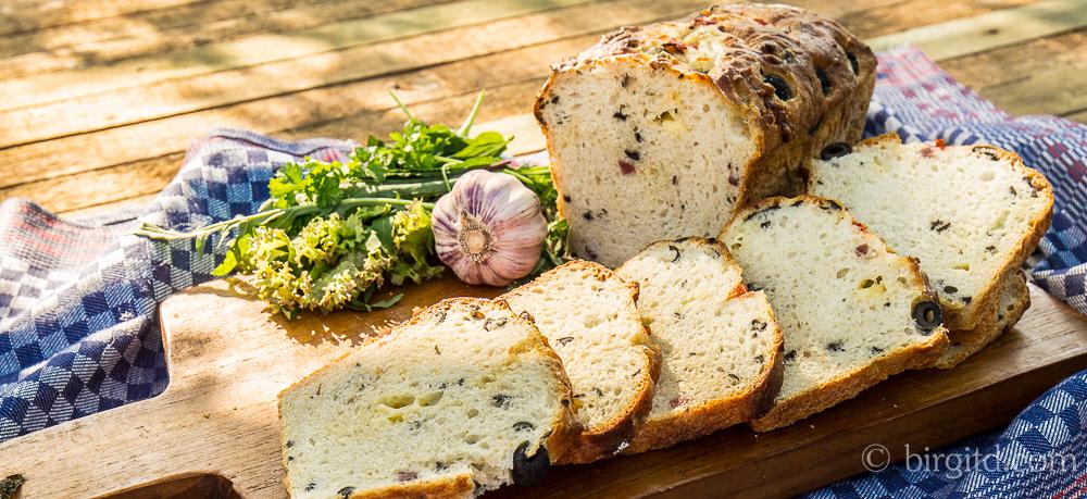 Mediterranes Brot mit Oliven, Schinken und Käse