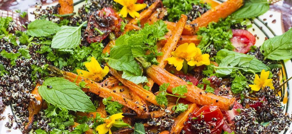 Quinoa mit gebackenen Möhren, Tomaten und würzigen Kräutern – vegan