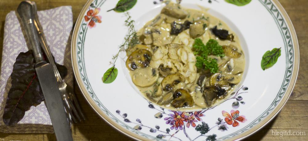 Brezelknödel mit frischen Champignons in Rahmsauce – ein vegetarisches Wohlfühlgericht