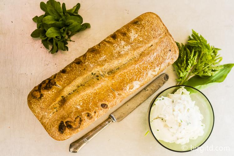 Kräuter-Käse-Brot frisch aus dem Ofen