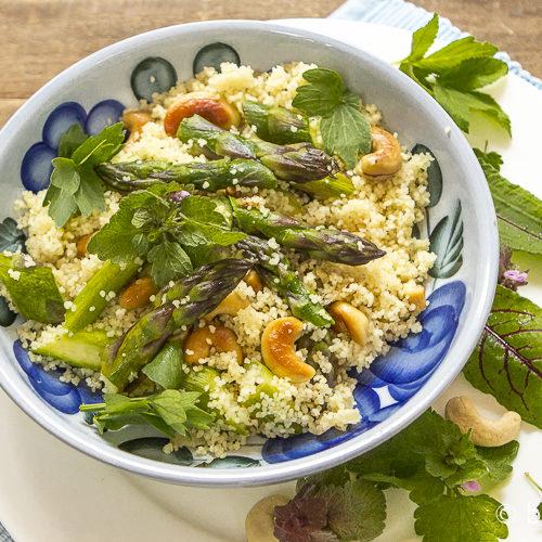 Vegane Couscous-Pfanne mit grünem Spargel & Kräutern