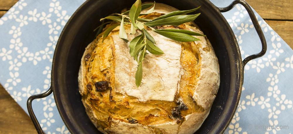 Mediterranes Landbrot mit Kräutern und getrockneten Tomaten – Brote aus aller Welt