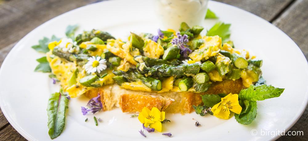 Spargel-Kräuterrührei auf Brot – ein Gute-Laune-Frühlingsimbiss