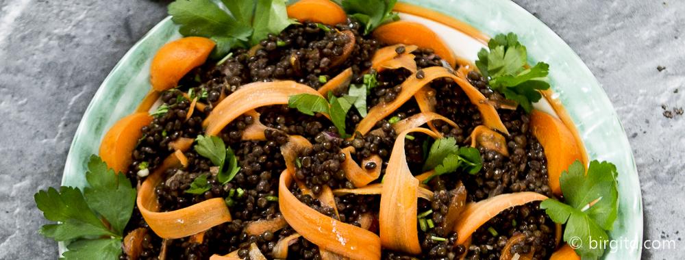 Belugalinsen-Salat mit Möhren, Cashews und Aprikosen