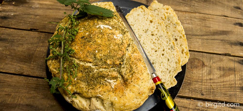 Dinkel-Kartoffelbrot mit Kräutern & Brennnessel-Nüsschen on top
