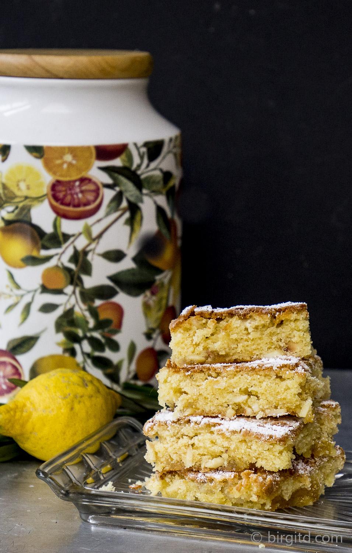 Blondies mit gerösteten Mandeln und Lemon-Curd-Füllung